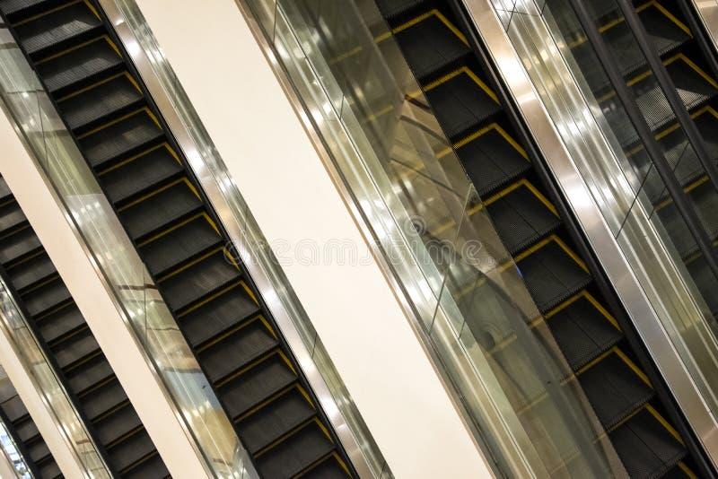 escadaria das escadas rolantes dentro do prédio de escritórios moderno fotos de stock