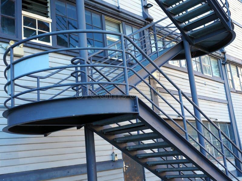 Escadaria de aço externo, arquitetura industrial moderna fotos de stock royalty free