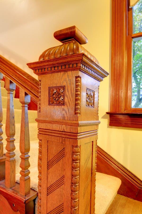 Escadaria de madeira agradavelmente curvada fotografia de stock