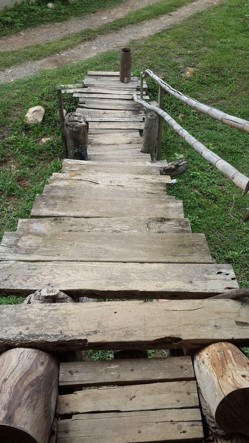 A escadaria de madeira bonita no campo do arroz fotos de stock royalty free