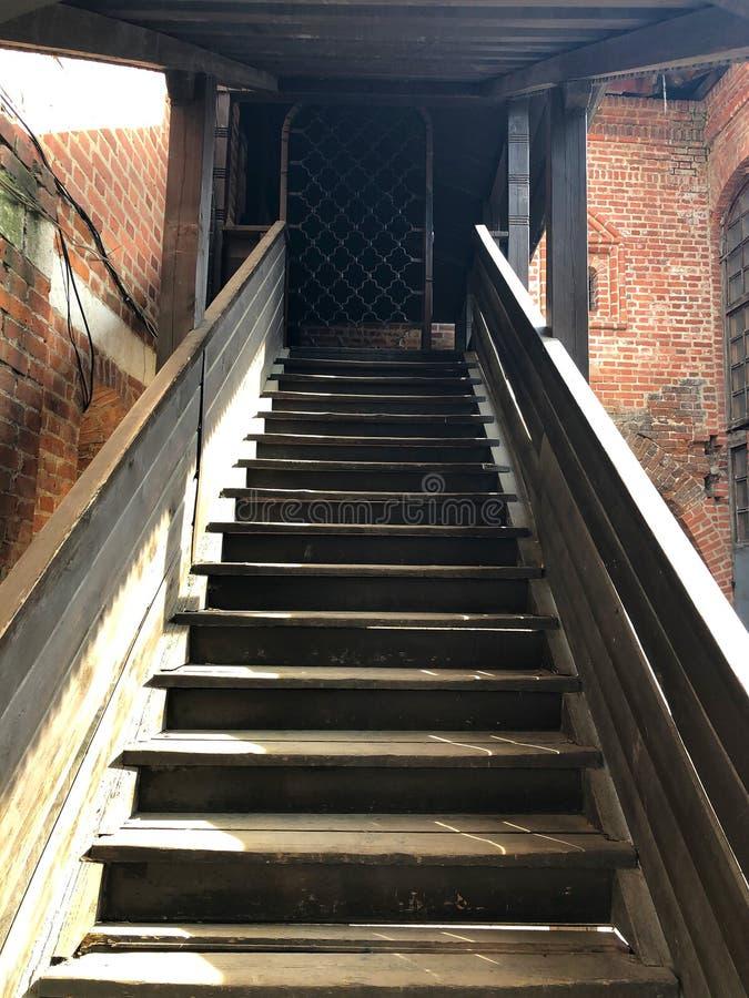 Escadaria de madeira cinzenta com os trilhos que vão acima fotografia de stock royalty free