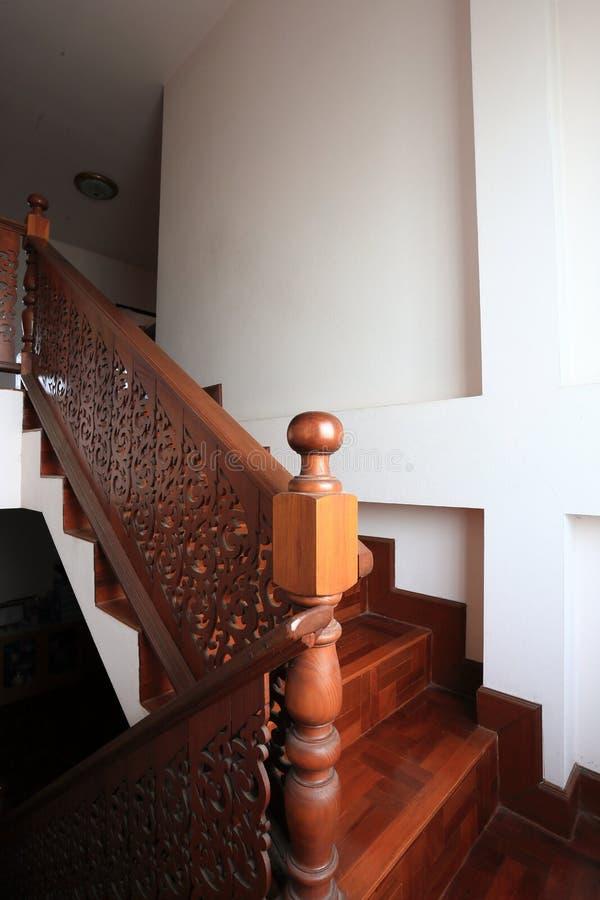 Escadaria de madeira com assoalho de parquet foto de stock