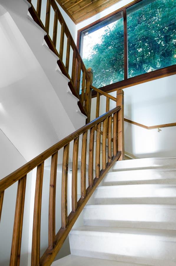 Escadaria de madeira com mármores e janela imagens de stock