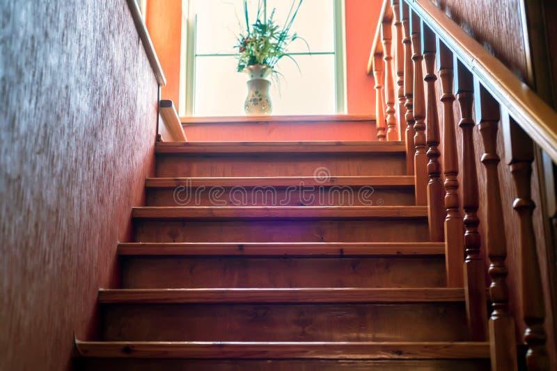 Escadaria de madeira de Brown fotografia de stock