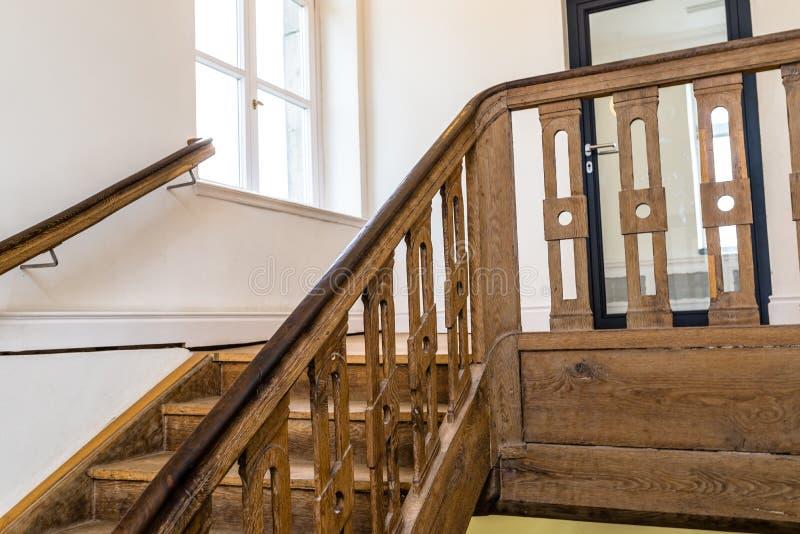 Escadaria de madeira, espiral em uma construção velha na cor marrom escura fotografia de stock