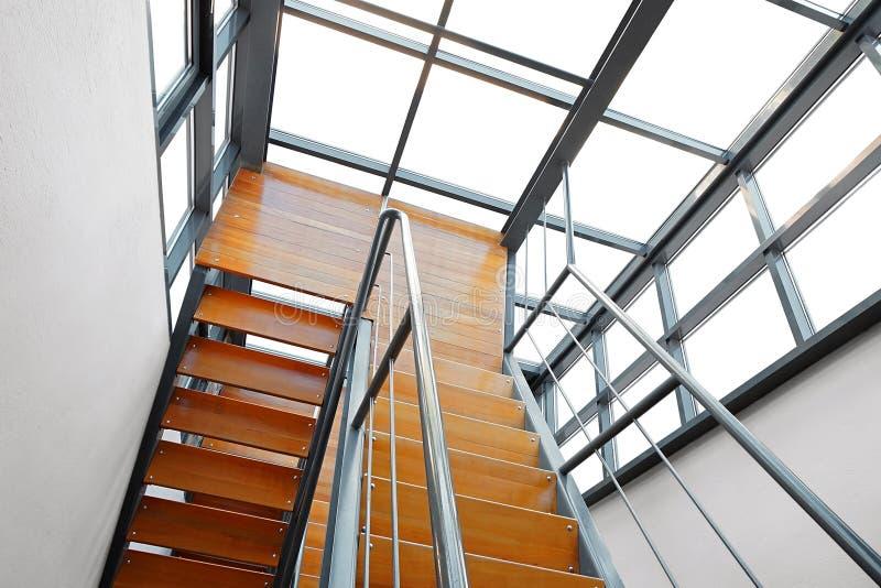 Escadaria de madeira moderna fotografia de stock royalty free
