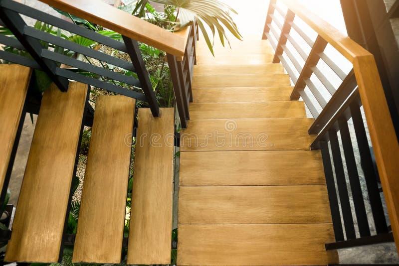 escadaria de madeira na casa moderna da construção na luz solar fotografia de stock