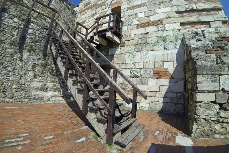 Escadaria de madeira velha fora de um castelo de pedra foto de stock royalty free