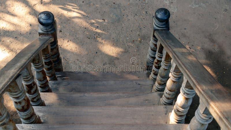 Escadaria de madeira velha na terra imagens de stock royalty free
