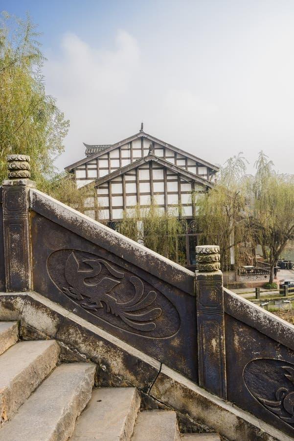 Escadaria de pedra chinesa envelhecida na cidade pequena no meio-dia ensolarado do inverno imagens de stock
