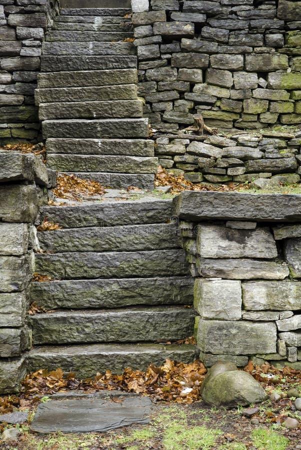 Escadaria de pedra com as folhas inoperantes no outono fotos de stock royalty free