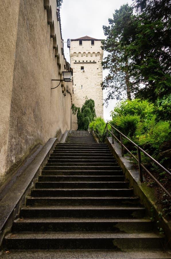 A escadaria de pedra longa ao obstrói a torre na lucerna fotos de stock royalty free