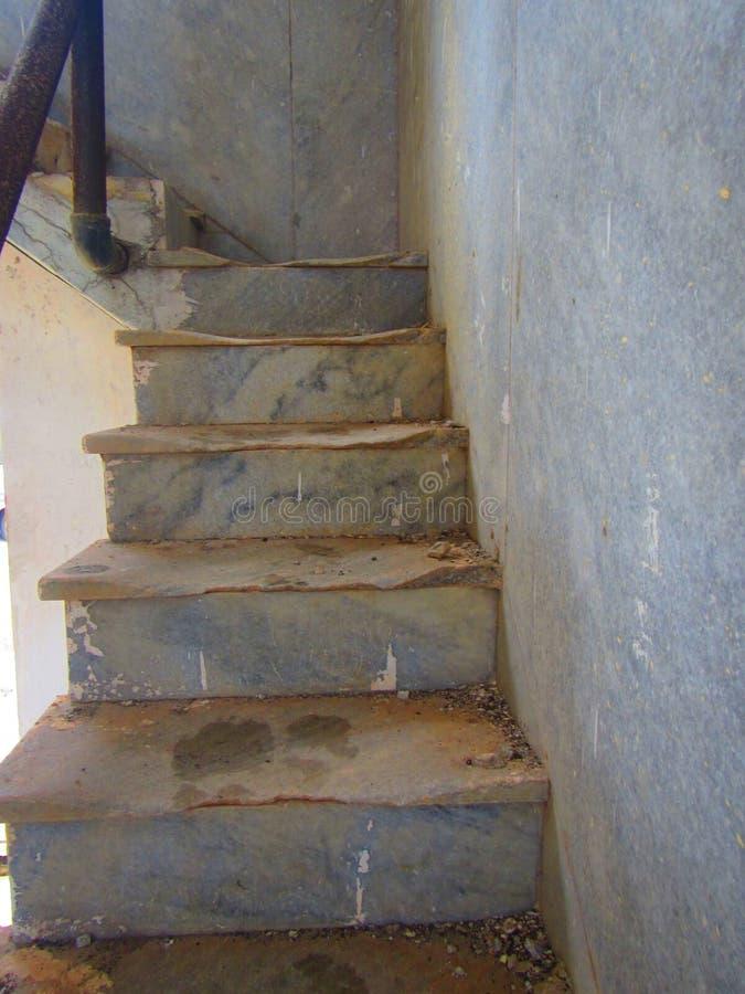 Escadaria de pedra que desintegra-se nas ruínas foto de stock