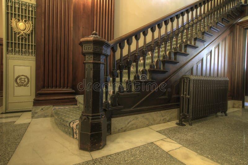 Escadaria dentro do tribunal histórico fotografia de stock