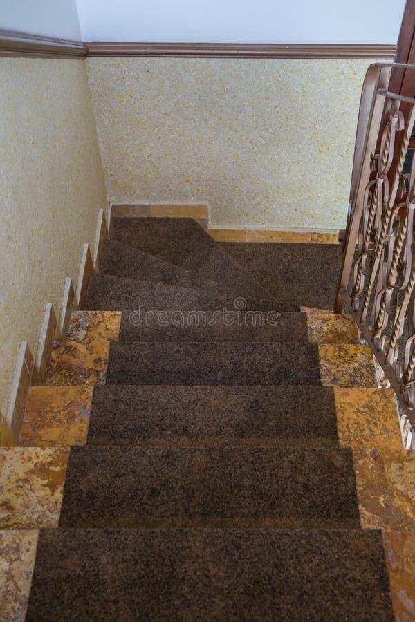 escadaria do mármore da casa com trilhos Primeira opini?o da pessoa Escadas que conduzem para baixo para tragar o assoalho Design imagem de stock