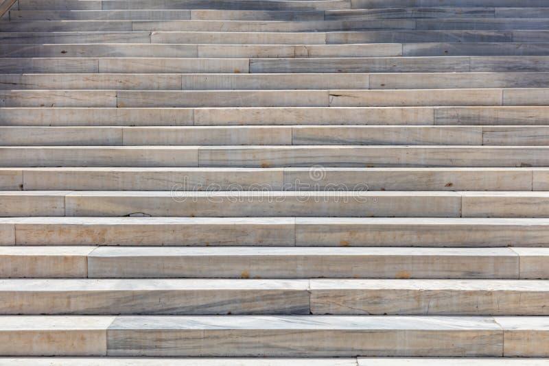 Escadaria do m?rmore Escadas longas para o fundo Escadaria branca e cinzenta fotos de stock royalty free