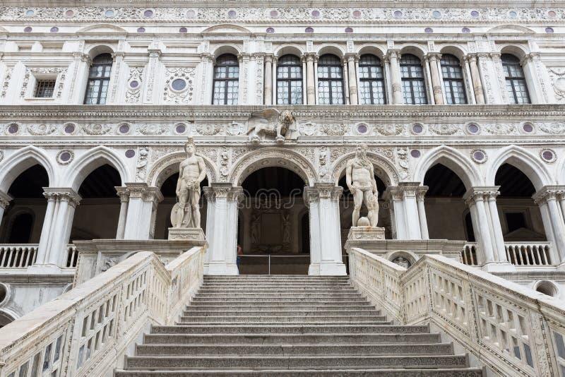A escadaria do palácio do doge, Veneza do gigante imagem de stock