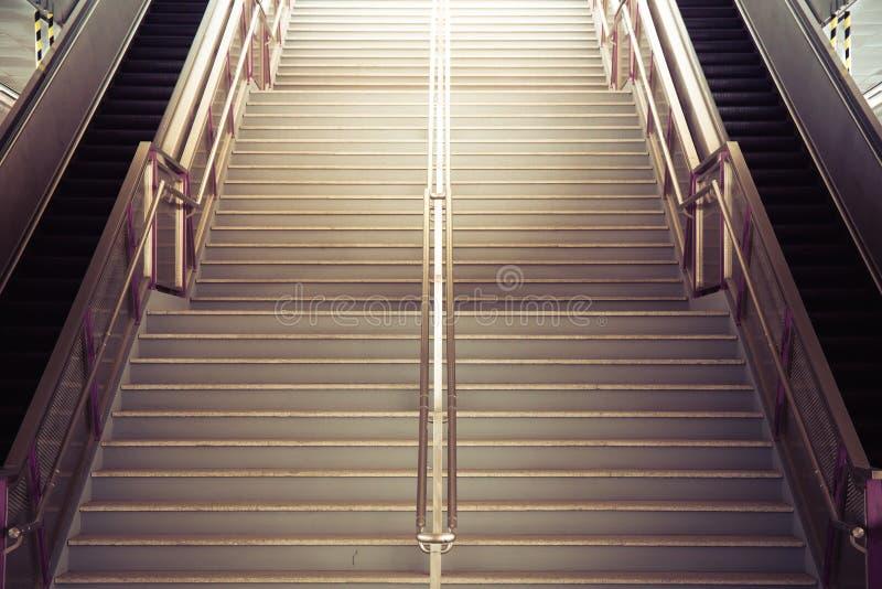 Escadaria do túnel que vai acima à luz fotografia de stock royalty free