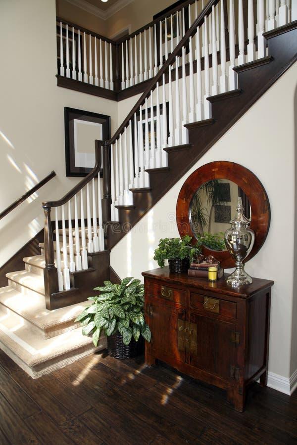 Escadaria e corredor home luxuosos. fotos de stock royalty free
