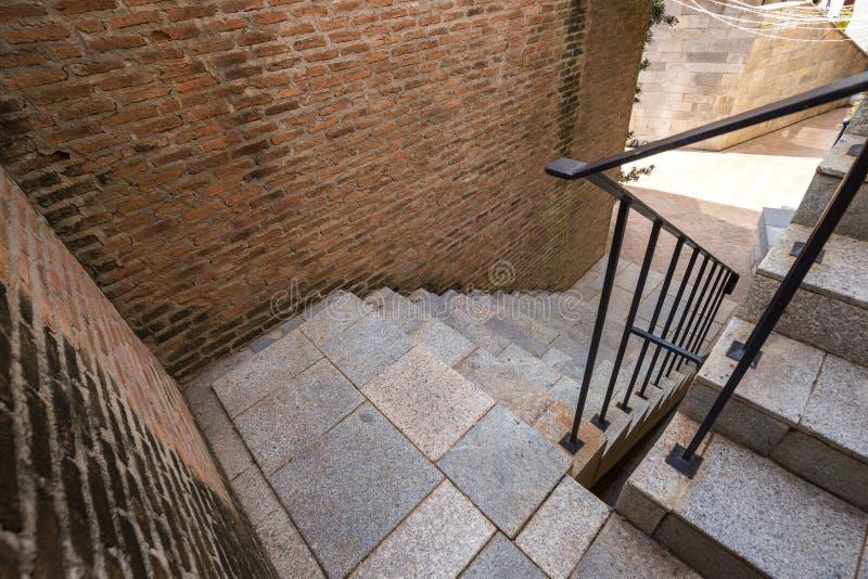 Escadaria e corrimão italianos do tijolo fotos de stock