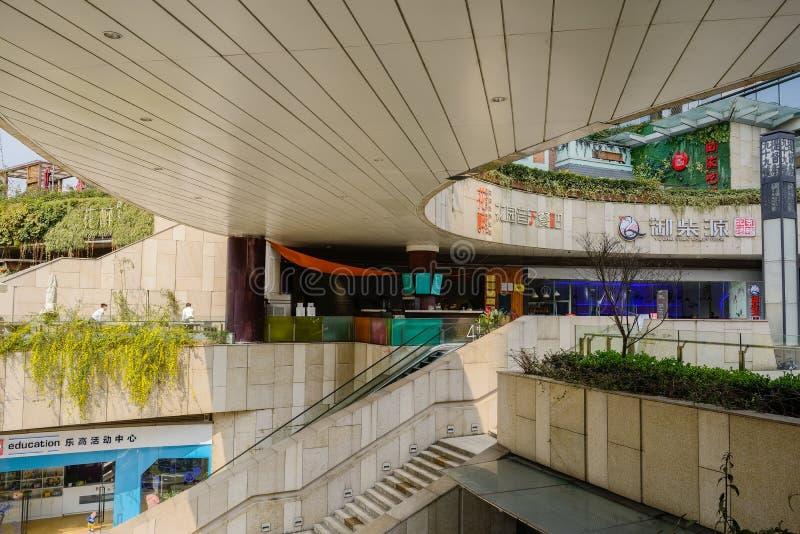 Escadaria e escadas rolantes de pedra sob o skybridge circular na mola ensolarada, Chengdu foto de stock royalty free