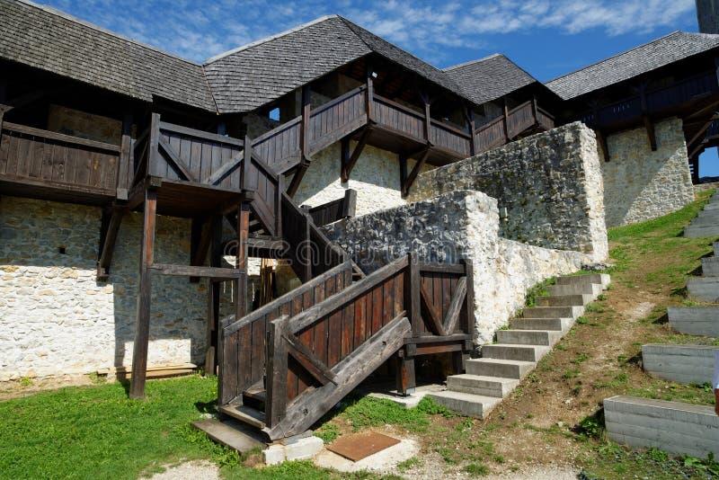 Escadaria e galeria de madeira no castelo medieval de Celje em Eslovênia imagem de stock