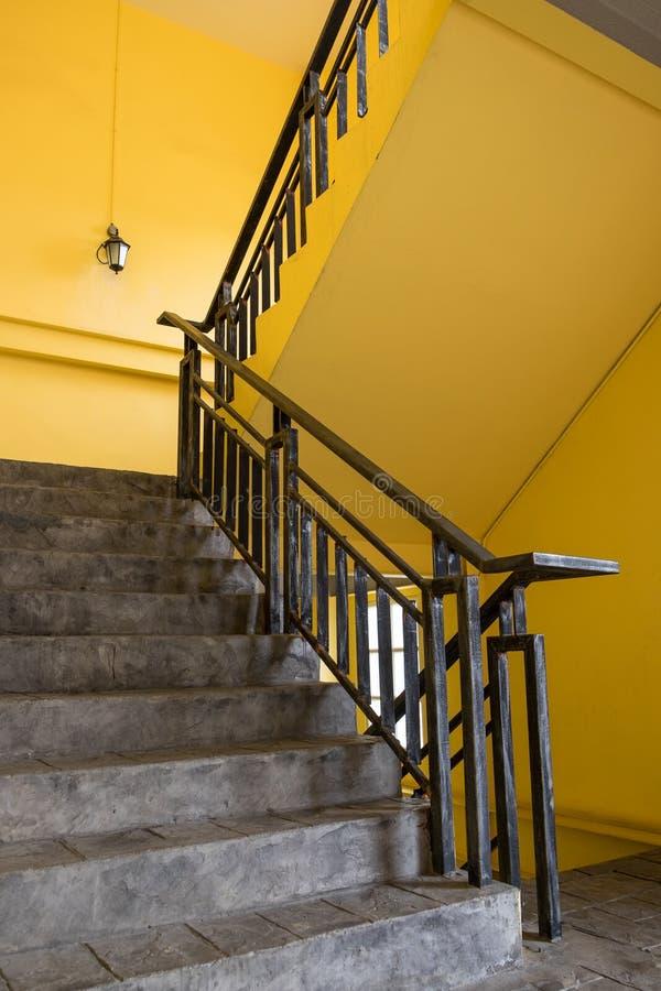 Escadaria e parede amarela imagem de stock royalty free
