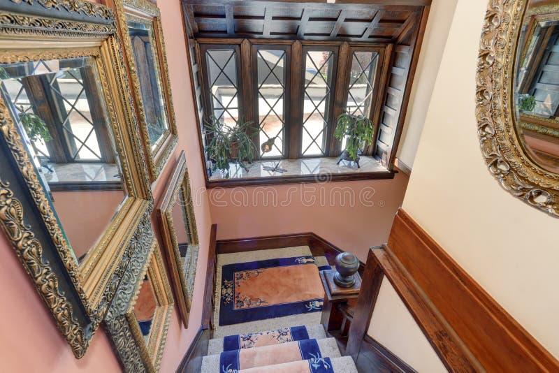 Escadaria elegante com tapetes azuis imagem de stock