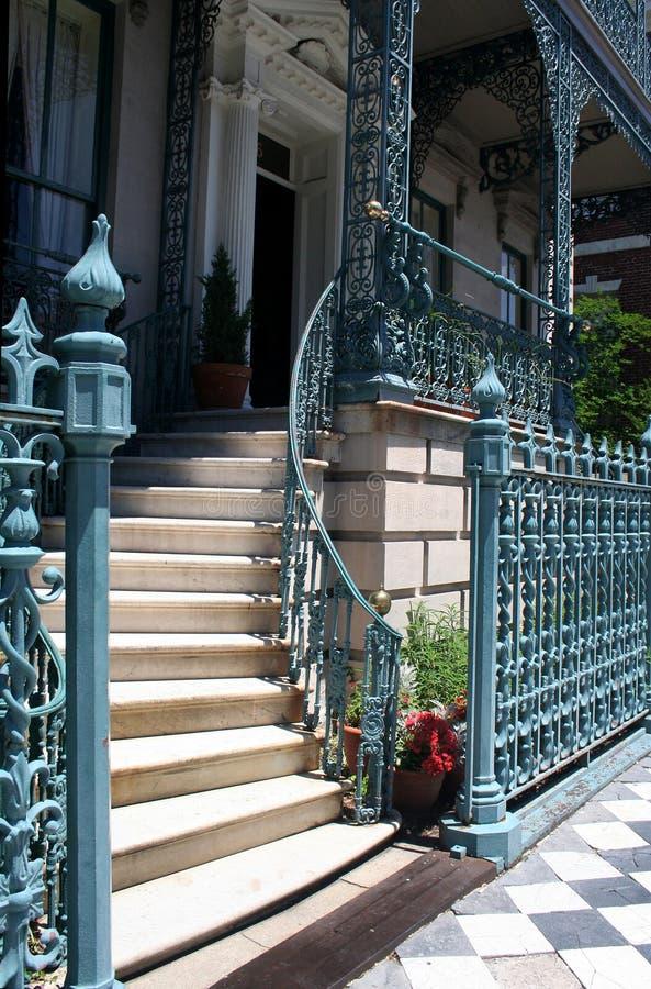 Escadaria elegante com trilhos foto de stock