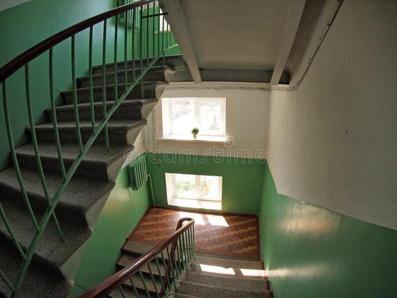 Escadaria entre assoalhos no prédio fotografia de stock royalty free