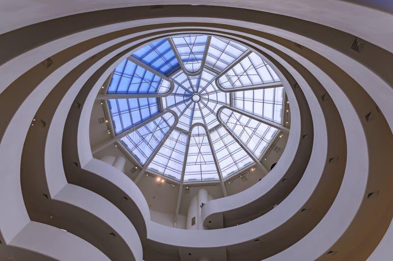 Escadaria envolvente com telhado de vidro de Frank Lloyd Wright famosa obra-prima modernista, o Museu Guggenheim imagens de stock