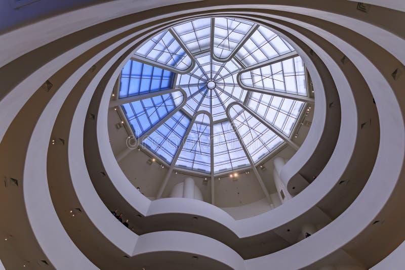 Escadaria envolvente com telhado de vidro de Frank Lloyd Wright famosa obra-prima modernista, o Museu Guggenheim imagem de stock royalty free