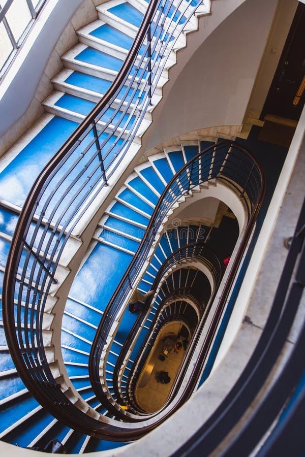 Escadaria espiral azul velha, escadaria espiral dentro de uma casa velha na rua de Pozsonyi em Budapest, Hungria Projeto Budapest imagem de stock