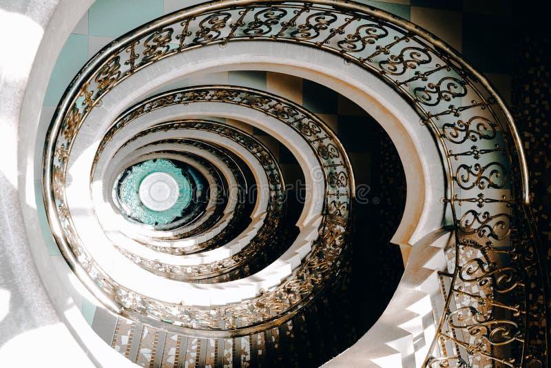 Escadaria espiral da parte superior a tragar fotos de stock