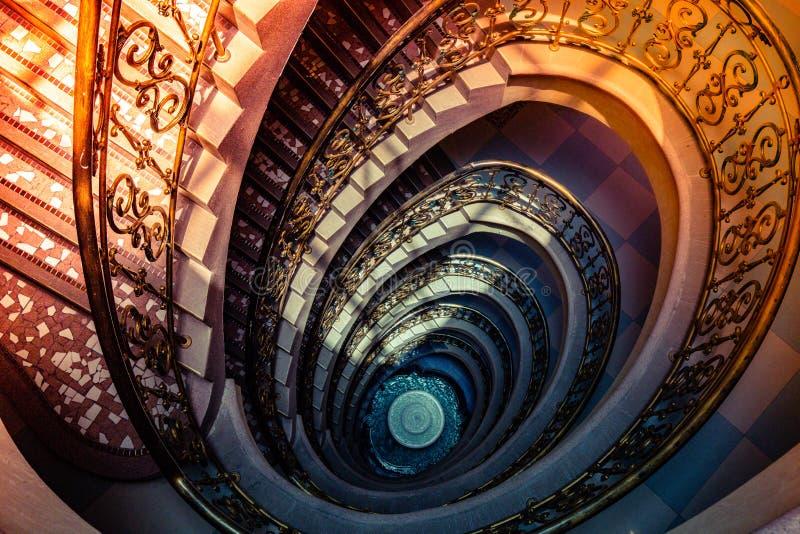 Escadaria espiral da parte superior a tragar fotografia de stock royalty free