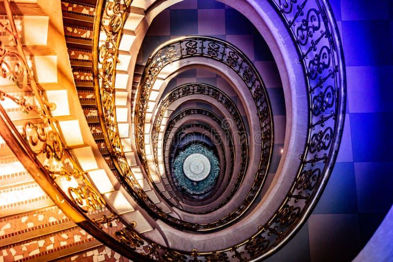 Escadaria espiral da parte superior a tragar imagens de stock