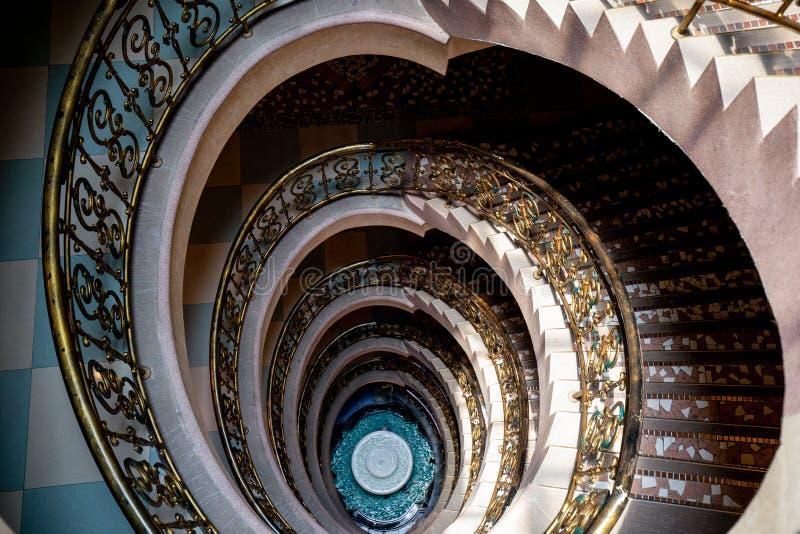 Escadaria espiral da parte superior a tragar imagens de stock royalty free