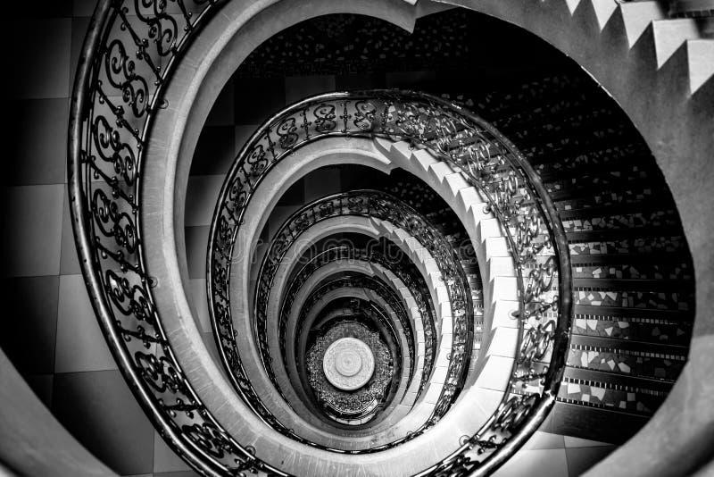 Escadaria espiral da parte superior a tragar fotos de stock royalty free