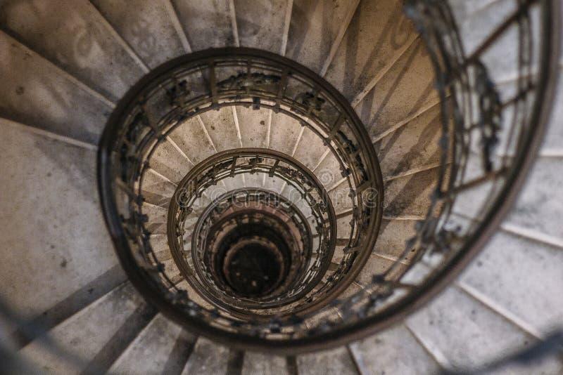 Escadaria espiral da sequência de Fibonacci em Budapest fotos de stock