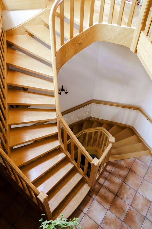 Escadaria espiral de madeira bonita imagem de stock royalty free
