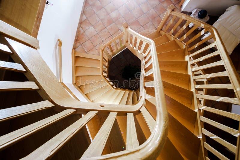 Escadaria espiral de madeira bonita foto de stock
