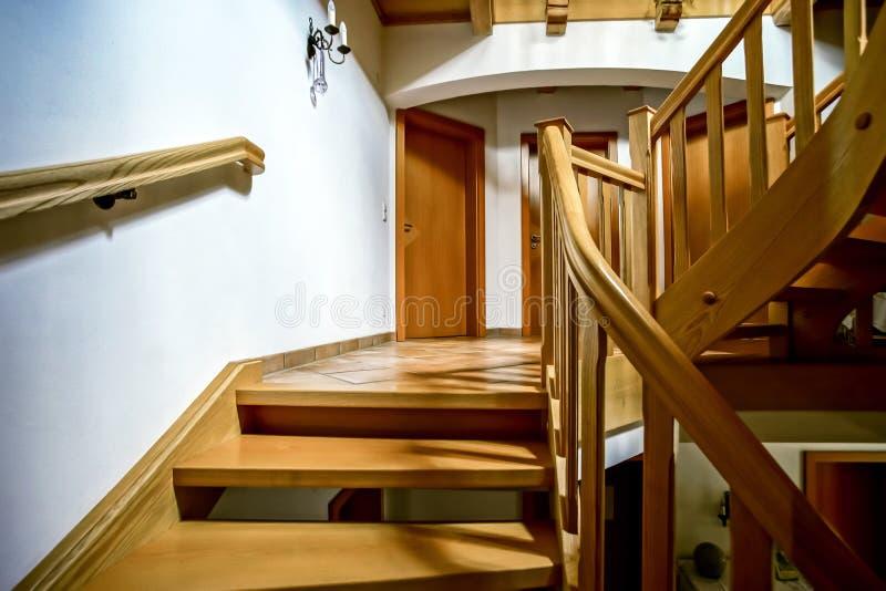 Escadaria espiral de madeira bonita foto de stock royalty free