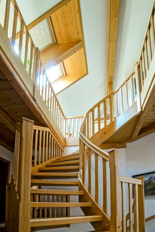 Escadaria espiral de madeira bonita imagens de stock royalty free