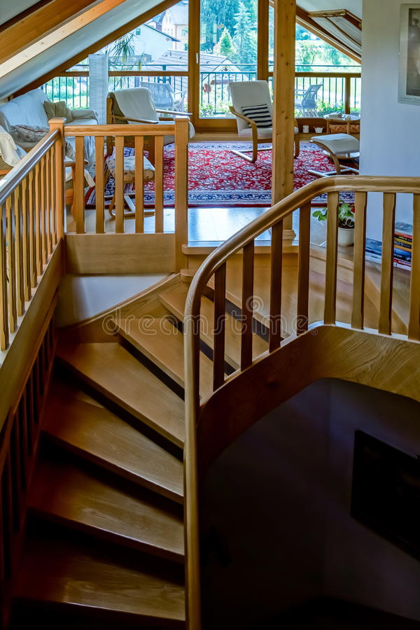 Escadaria espiral de madeira bonita fotos de stock