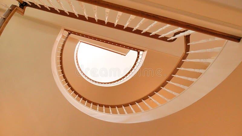 Escadaria espiral de madeira branca e dourada de Brown fotos de stock