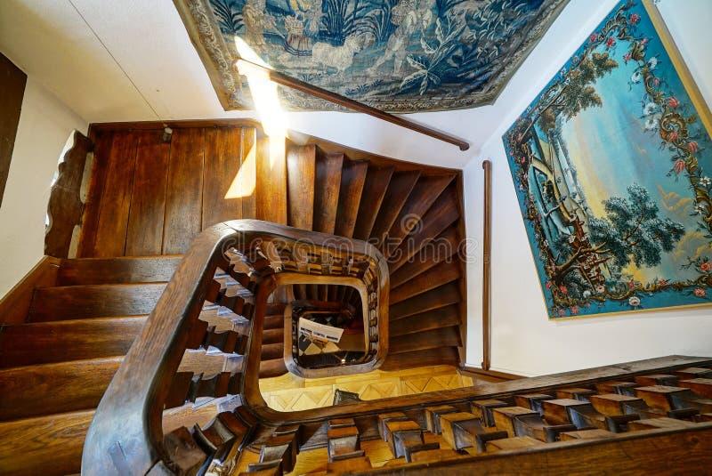 Escadaria espiral de madeira na casa velha fotos de stock royalty free