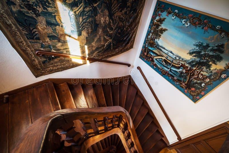 Escadaria espiral de madeira na casa velha imagens de stock royalty free
