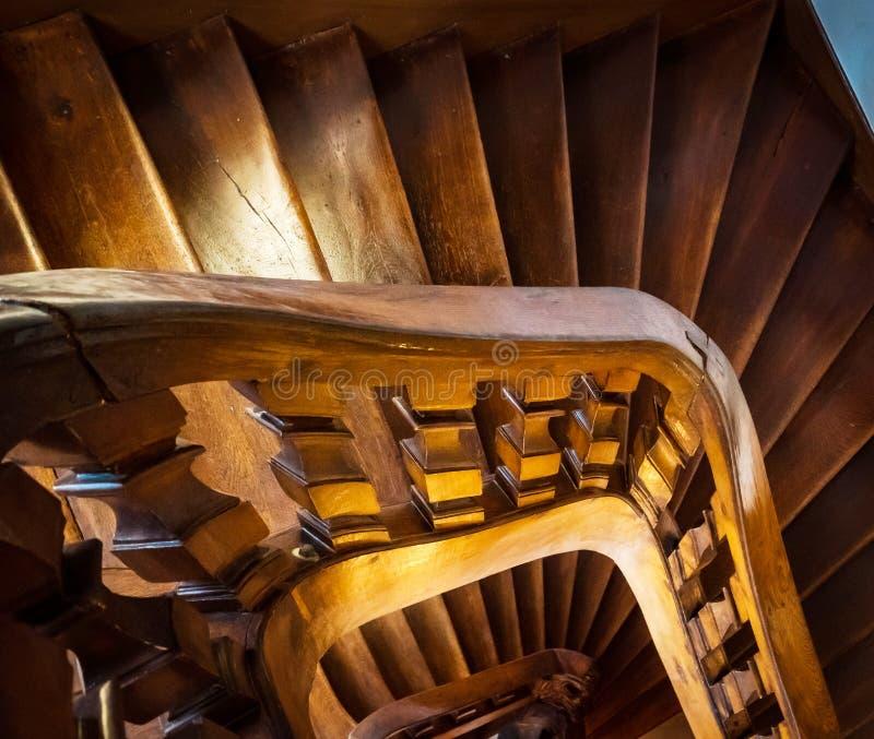 Escadaria espiral de madeira na casa velha fotografia de stock royalty free