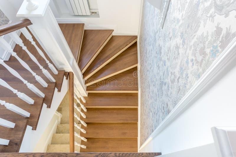 Escadaria espiral de madeira no interior brilhante na casa das férias imagens de stock