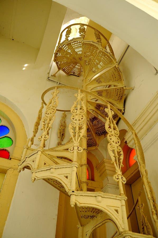 Escadaria espiral do metal em Sultan Abu Bakar State Mosque em Johor Bharu, Malásia fotos de stock